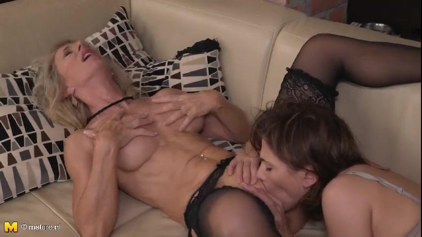 Зрелые лесбиянки на диване